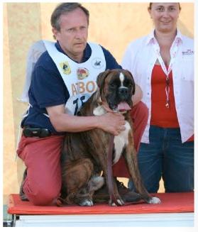 Roberto Crosa sul podio con un boxer dell'allevamento del Rolanus